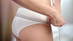 Mulher que mede os quadris aptos Emagrecimento saudável fêmea da cintura para baixo Estilo de vida da aptidão video estoque