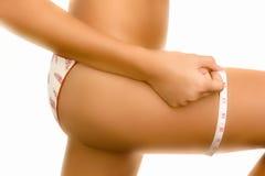 Mulher que mede seu pé Foto de Stock Royalty Free