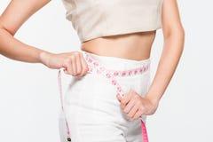 Mulher que mede sua cintura Foto de Stock Royalty Free
