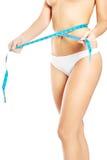 Mulher que mede sua cintura Fotografia de Stock Royalty Free