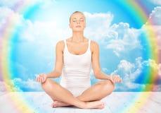 Mulher que medita na pose dos lótus da ioga Fotos de Stock Royalty Free