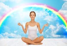 Mulher que medita na pose dos lótus da ioga Fotografia de Stock