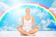 Mulher que medita na pose dos lótus da ioga Imagem de Stock Royalty Free