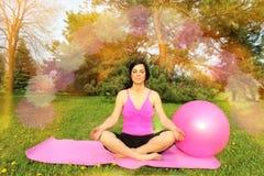 Mulher que medita outdors Imagens de Stock