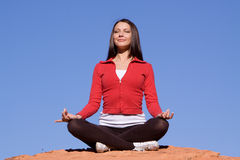 Mulher que meditating Imagens de Stock Royalty Free