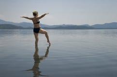 Mulher que meditating Fotos de Stock Royalty Free