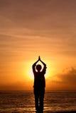 Mulher que Meditating Fotografia de Stock