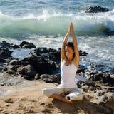 Mulher que Meditating na praia Fotos de Stock Royalty Free
