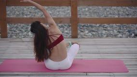 Mulher que meditating na praia vídeos de arquivo