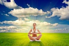 Mulher que meditating no campo do ver Fotografia de Stock