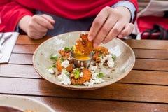 Mulher que mergulha o camarão fritado no molho Foto de Stock Royalty Free