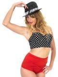 Mulher que modela o vintage Pin Up Bikini fotos de stock