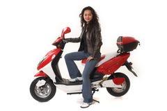 Mulher que monta o 'trotinette' elétrico sem o capacete imagem de stock