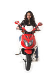 Mulher que monta o 'trotinette' elétrico sem o capacete Fotografia de Stock Royalty Free