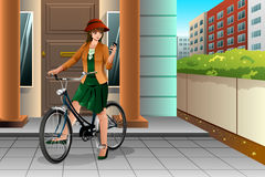 Mulher que monta uma bicicleta e que olha seu telefone Imagem de Stock Royalty Free
