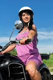 Mulher que monta uma motocicleta. Fotografia de Stock Royalty Free