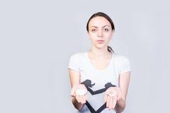 Mulher que mostra algodões limpos e sujos nas palmas foto de stock royalty free