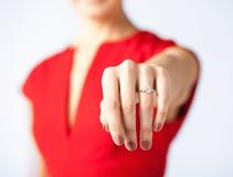 Mulher que mostra a aliança de casamento em sua mão Fotografia de Stock