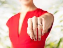 Mulher que mostra a aliança de casamento em sua mão Imagem de Stock Royalty Free