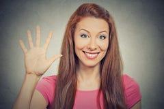A mulher que mostra cinco vezes assina o gesto com mão Foto de Stock Royalty Free