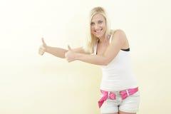 Mulher que mostra dois polegares acima Fotografia de Stock