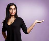Mulher que mostra em um lado Anunciando a menina foto de stock royalty free