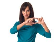 Mulher que mostra a fôrma do coração Foto de Stock Royalty Free