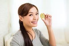 Mulher que mostra fatias de fruto de quivi Imagem de Stock Royalty Free