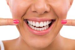 Mulher que mostra lhe os dentes perfeitos Imagens de Stock