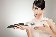 Mulher que mostra lhe uma faca de cozinha grande fotos de stock royalty free