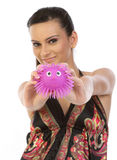 Mulher que mostra o brinquedo macio cor-de-rosa imagem de stock royalty free