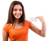 Mulher que mostra o cartão imagens de stock royalty free