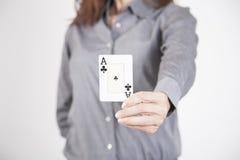 Mulher que mostra o cartão do trevo do ás Fotografia de Stock