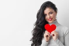 Mulher que mostra o coração do papel imagem de stock royalty free