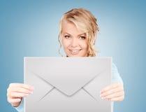 Mulher que mostra o envelope virtual fotos de stock