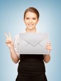 Mulher que mostra o envelope virtual fotografia de stock royalty free