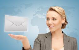 Mulher que mostra o envelope virtual imagem de stock