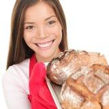 Mulher que mostra o pão cozido fresco Foto de Stock Royalty Free