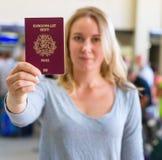 Mulher que mostra o passaporte Fotografia de Stock