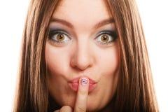 Mulher que mostra o projeto do coração dos pregos Imagem de Stock Royalty Free
