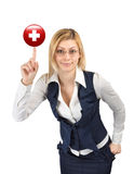 Mulher que mostra o símbolo da cruz vermelha no dedo Foto de Stock