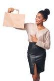 Mulher que mostra o saco de compras Fotografia de Stock