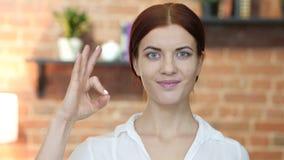 Mulher que mostra o sinal aprovado, interno filme