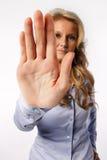 Mulher que mostra o sinal da parada da mão Fotografia de Stock