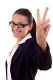 Mulher que mostra o sinal da vitória fotografia de stock