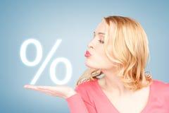 Mulher que mostra o sinal dos por cento em sua mão Fotos de Stock Royalty Free
