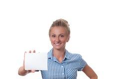 Mulher que mostra o sinal vazio do cartão de papel com espaço da cópia para o texto imagens de stock royalty free