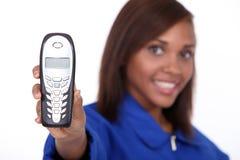 Mulher que mostra o telefone Foto de Stock Royalty Free