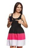 Mulher que mostra o telefone celular móvel com tela preta Imagens de Stock
