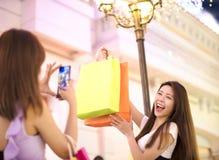 Mulher que mostra sacos de compras na rua da cidade Fotos de Stock Royalty Free